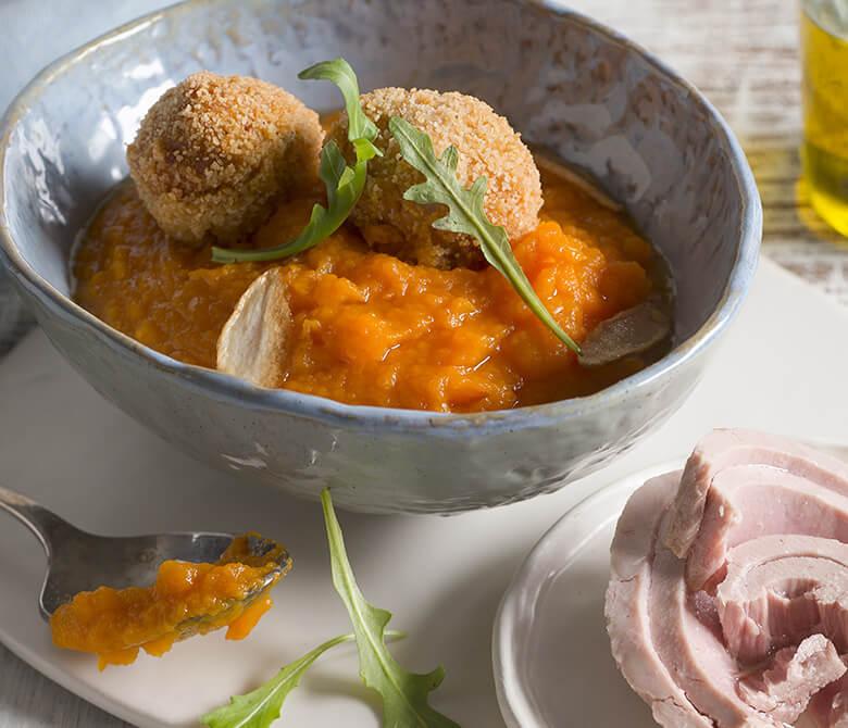 Croquettes de pommes de terre et de thon avec crème de carottes
