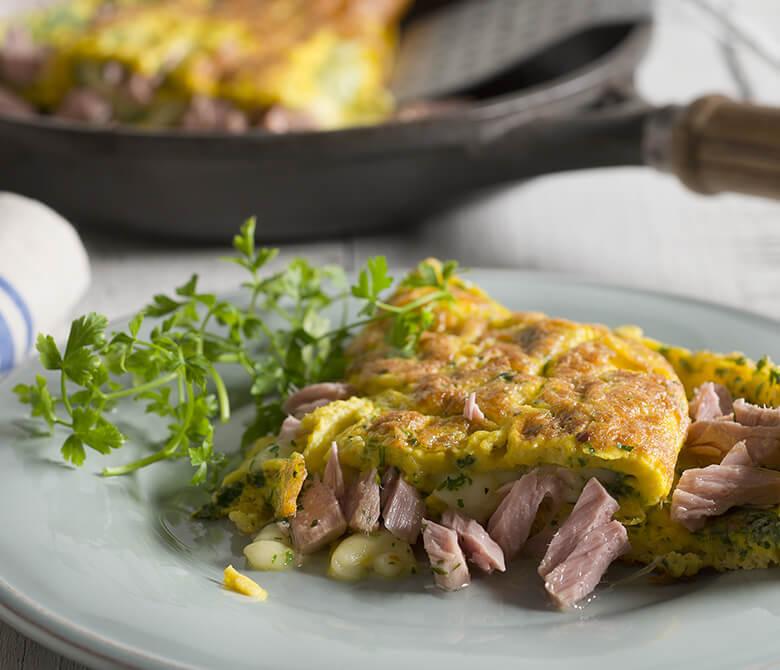 Omelette avec thon, échalotes et mozzarella