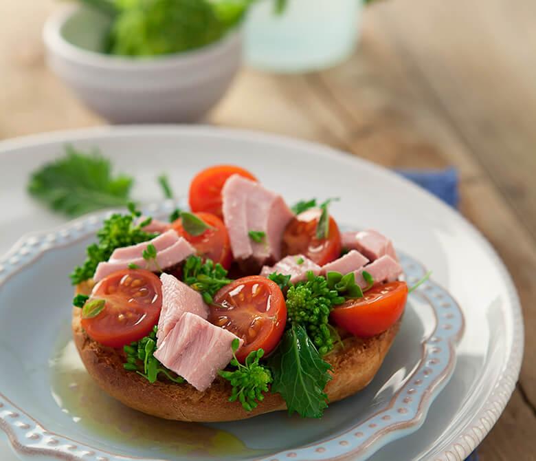 Friselle aux tomates cerises, brocoli-rave et thon