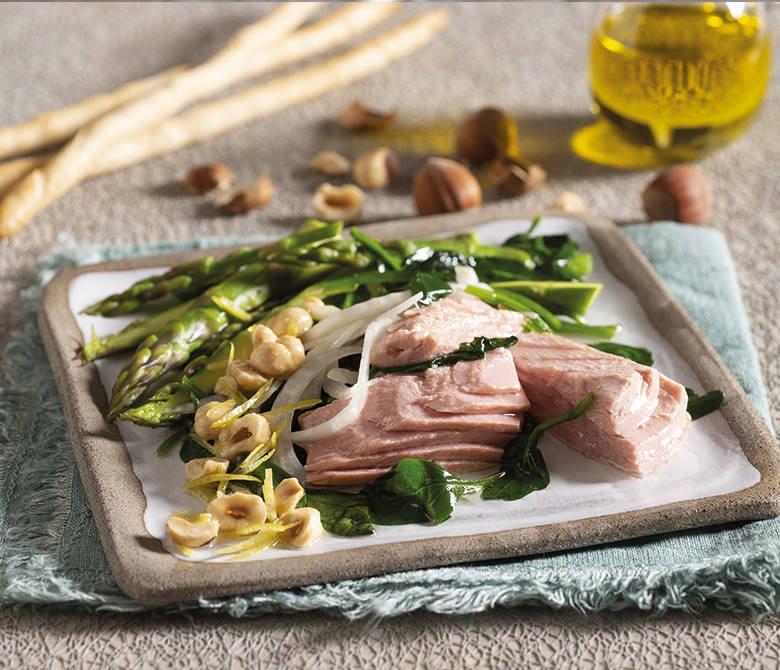 Filets de thon dans l'huile d'olive avec épinards, fenouil et asperges