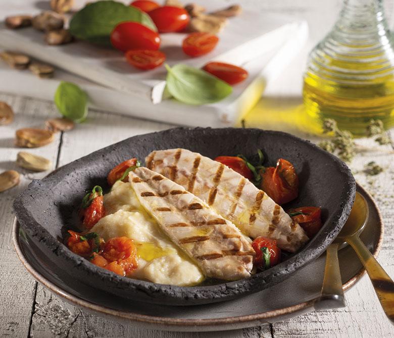 Purée de féveroles avec filets de maquereaux grillés et tomates cerises sautées