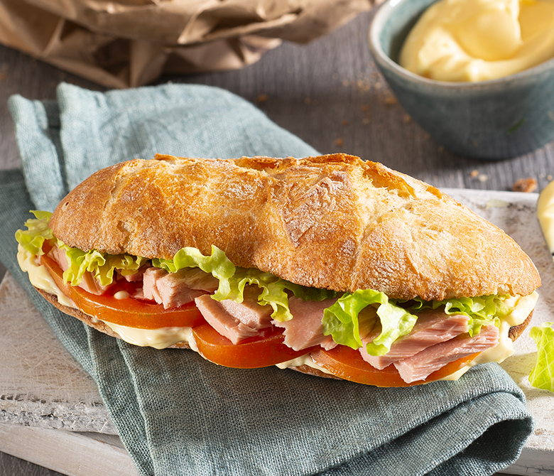 Sandwich au thon, à la tomate et à la mayonnaise