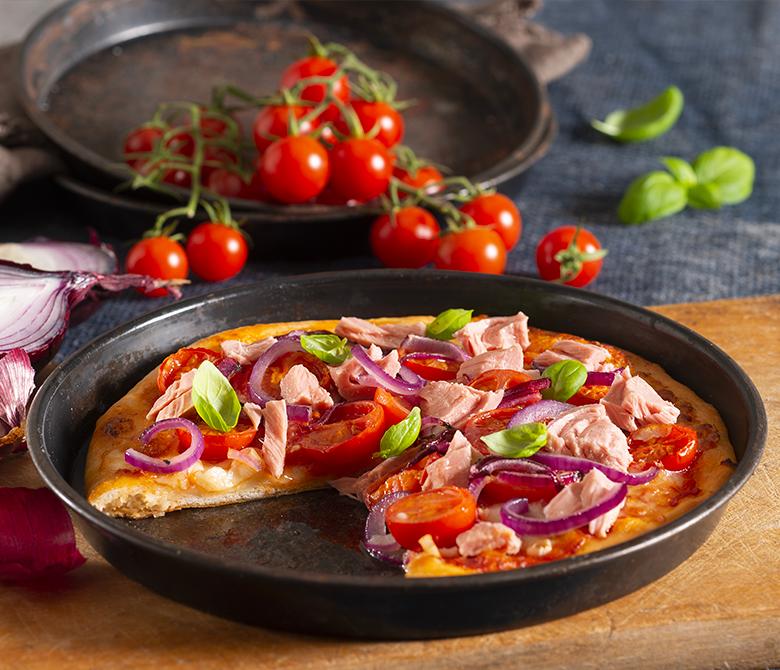 Pizza au thon, à l'oignon rouge et aux tomates cerises